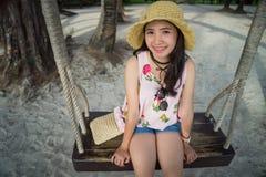 Asiatisches Mädchen mit Strohhut lächelnd und Spaß am Feiertag habend lizenzfreie stockbilder