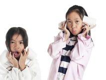 Asiatisches Mädchen mit zwei Schwestern Kinderlokalisiert auf weißem Hintergrund stockfotografie