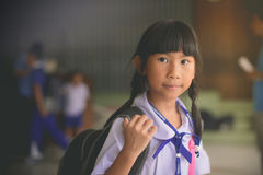 Asiatisches Mädchen Schule-` s in Uniform und in Rucksack stockfotografie