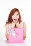Asiatisches Mädchen sehr glücklich mit einer Geschenkbox lizenzfreie stockfotografie