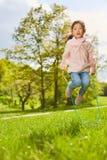 Asiatisches Mädchen springt einfangen den Park stockfoto