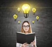 Asiatisches Mädchen und viele Glühlampen Lizenzfreies Stockfoto