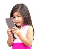 Asiatisches Mädchengebrauchsmobile lizenzfreie stockbilder