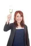 Asiatisches Mädchenlächeln, das Beifall mit Weißweinglas tut Lizenzfreie Stockfotos