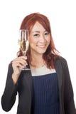 Asiatisches Mädchenlächeln, das Beifall mit Weinglas tut Stockfotografie