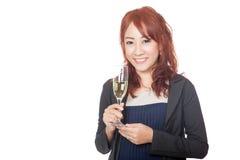 Asiatisches Mädchenlächeln mit einem Glas Weißwein in ihrer Hand Stockbild