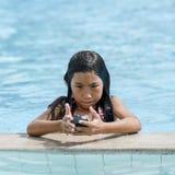 Asiatisches Mädchenmädchen im Wasser im Swimmingpool Stockbild