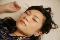 Asiatisches Mädchenschlafen Stockfoto