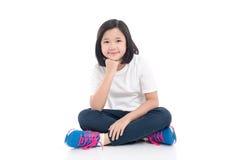 Asiatisches Mädchensitzen des kurzen Haares Stockfoto