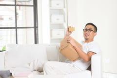 Asiatisches männliches on-line-Einkaufen stockfotos