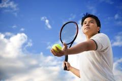 Asiatisches männliches spielendes Tennis Stockfotos
