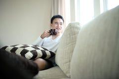 Asiatisches Mann-Trinken Lizenzfreie Stockbilder