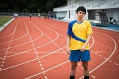 Asiatisches Mannaufwärmen vor Übung Lizenzfreies Stockfoto