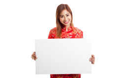 Asiatisches Mädchen in chinesischem cheongsam Kleid mit rotem leerem Zeichen Stockfotos