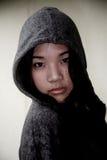 Asiatisches Mädchen, das eine Haube trägt Stockbild