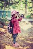 Asiatisches Mädchen, das Fotos durch Digitalkamera im Garten macht Weinlese-PU Stockbilder