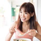 Asiatisches Mädchen, das Nudeln isst Lizenzfreie Stockbilder