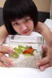 Asiatisches Mädchen mit ihrem Goldfish Stockfotografie