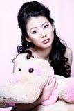 Asiatisches Mädchenholding-Materialtier Lizenzfreie Stockfotografie