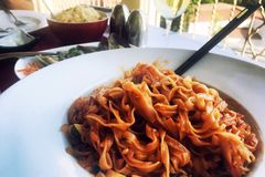 Asiatisches Mittagessen auf dem Tisch, Nudeln und gebackene Austern stockbilder