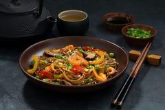Asiatisches Mittagessen Buchweizennudeln mit Meeresfrüchten lizenzfreie stockfotografie