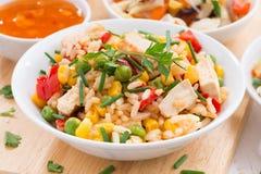 Asiatisches Mittagessen - gebratener Reis mit Tofu, Nahaufnahme lizenzfreie stockfotografie