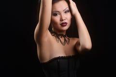 Asiatisches Modell im schwarzen Kleid und im Auge, langes Haar der Designhalskette Stockbild
