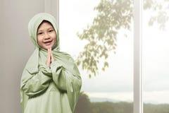 Asiatisches moslemisches Mädchen tragendes hijab Beten Stockfoto