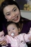 Asiatisches Mutter- und Tochterspiel Lizenzfreies Stockfoto