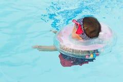 Asiatisches nettes Achtmonatebaby entspannen sich Swimmingpool Stockbilder