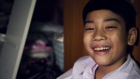 Asiatisches nettes Kindergesichtsausdrücke mit Licht und Schatten stock video