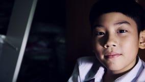 Asiatisches nettes Kindergesichtsausdrücke mit Licht und Schatten stock video footage