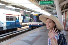 Asiatisches nettes Mädchengefühlsglück vor geht, am skytra zu reisen stockbild