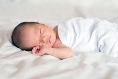 Asiatisches neugeborenes Babyschlafen Stockbilder