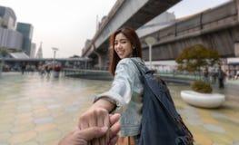 Asiatisches Paarh?ndchenhalten des Liebhabers am Freien Romantisch und Reise im Sommerferienkonzept lizenzfreie stockfotografie