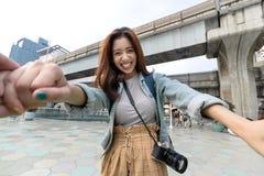Asiatisches Paarh?ndchenhalten des Liebhabers am Freien Romantisch und Reise im Sommerferienkonzept stockfotos