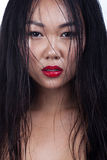 Asiatisches Porträt der jungen Frau des nassen Haares Zauber-Mode-Art brig stockfotografie