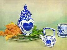Asiatisches Porzellan mit Herzen stockfotos