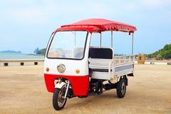 Asiatisches Rikschafahrzeug geparkt auf der Straße stockbild