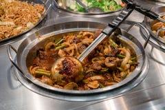 Asiatisches Rindfleisch und Spargel dienten im Metallwok Lizenzfreie Stockfotografie