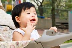 Asiatisches Schätzchen im Spaziergänger Lizenzfreies Stockbild