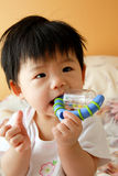 Asiatisches Schätzchen mit Spielzeug Lizenzfreie Stockfotografie