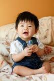 Asiatisches Schätzchen mit Spielzeug Stockbilder