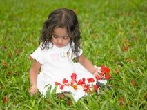 Asiatisches schönes Mädchen, das im Garten spielt Lizenzfreie Stockfotografie