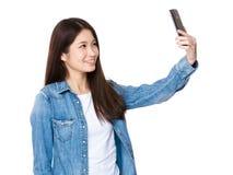Asiatisches selfie Nehmen der jungen Frau durch die Anwendung des Mobiltelefons Stockfotografie