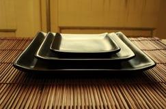 Asiatisches speisendes Set - Sushi-Mehrlagenplatten lizenzfreie stockfotografie