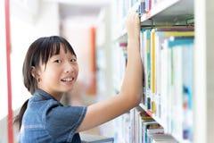 Asiatisches Studentenmädchen im Bibliotheksraum Lizenzfreie Stockfotografie