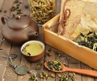 Asiatisches Teestillleben mit Zubehör Stockbilder