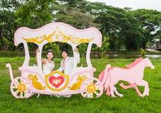Asiatisches thailändisches Braut im Liebes-Wagen stockbilder