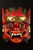 Asiatisches traditionelles hölzernes Rot gemalte Dämonmaske Stockbilder